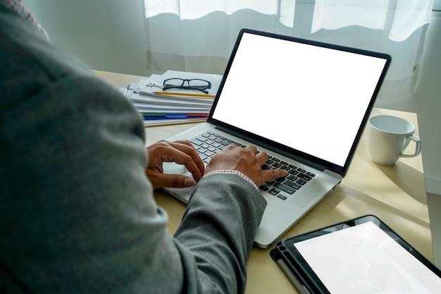 Makiety korzystanie z laptopa z komputera nowoczesny ekran