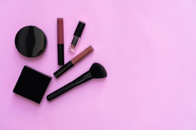 Makiety kosmetycznych butelki krem, pakiet puste etykiety na pastelowe tło.