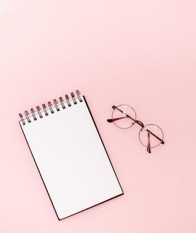 Makiety na abstrakcyjnym tle. okulary i czarny ołówek. koncepcja edukacyjna