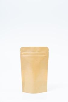Makiety papierowej torby z przekąskami na białej przestrzeni