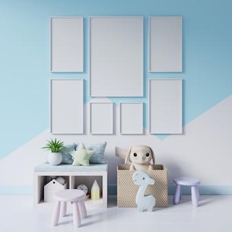 Makiety plakatów we wnętrzu pokoju dziecięcego na pastelowych kolorach ściany.