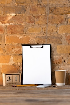 Makiety pustego pustego zdjęcia lub arkusza na brązowej ścianie z cegły