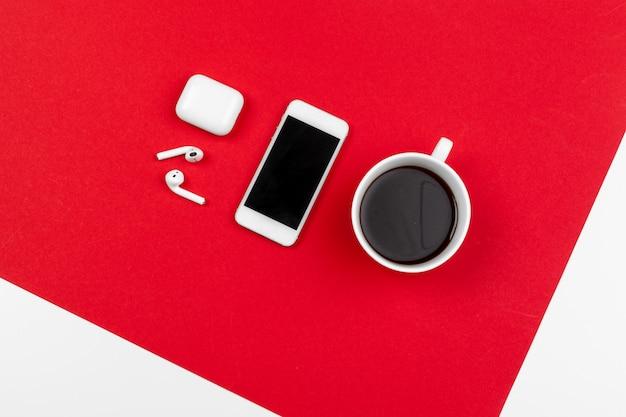 Makiety z miejsca kopiowania ze smartfonem na jasny czerwony