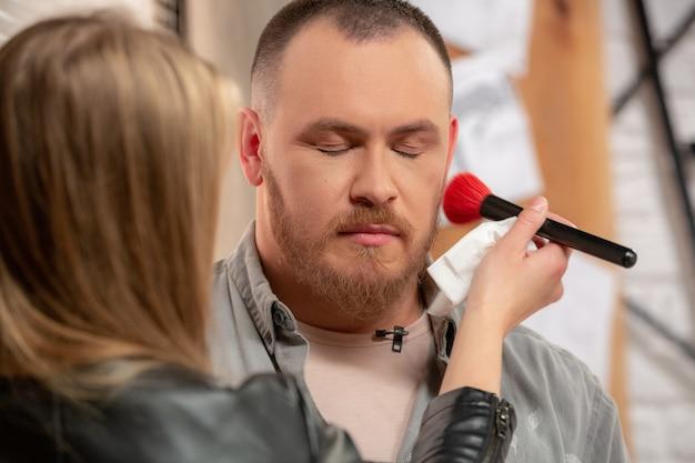 Makijaż aktora człowieka przed fotografowaniem z bliska