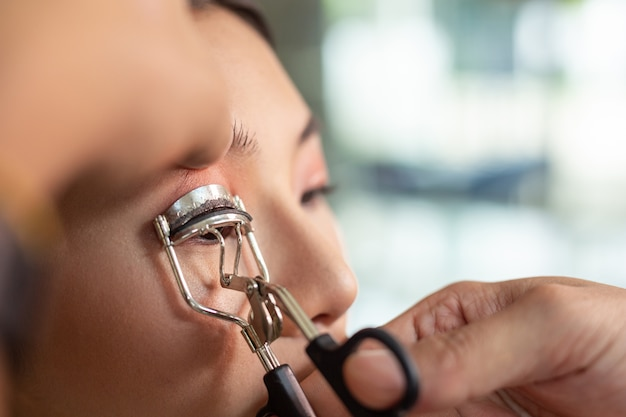 Makijaż dla dziewczyn przy użyciu profesjonalnego makijażu.