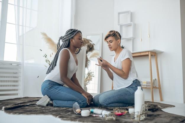 Makijaż. dziewczyny spędzają czas w domu i malują