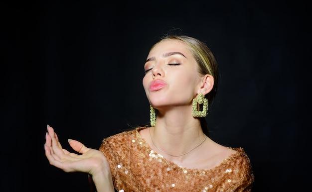 Makijaż i kosmetyka piękna modelka dziewczyna z manicure na paznokciach uroda stylowe akcesoria moda