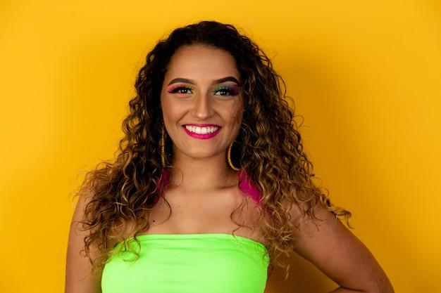 Makijaż karnawałowy z okazji brazylijskiego karnawału. trend w makijażu i akcesoria na karnawał.