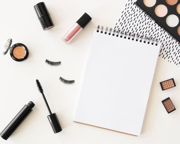 Makijaż kosmetyki z notebookiem