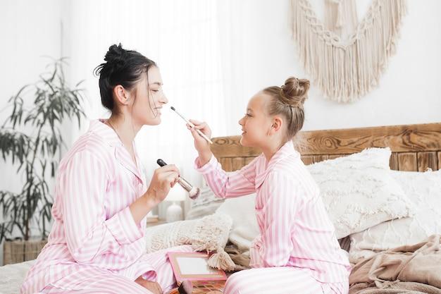 Makijaż matki i córki razem. małe rzeczy dla dziewczynki. kobiecy wypoczynek.