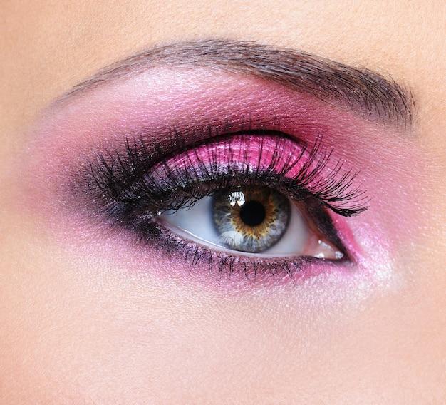 Makijaż moda kobieta oko z karmazynowym cieniem do powiek
