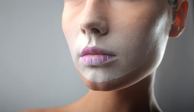Makijaż na twarzy kobiety
