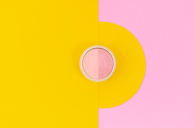 Makijaż oka różowy na żółtym i różowym tle