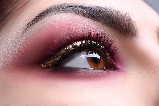 Makijaż oko portret młodej kobiety atrakcyjne piękno