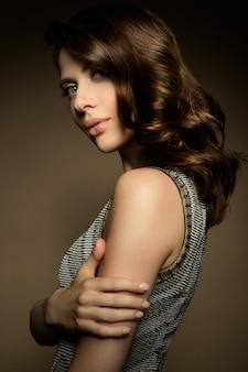 Makijaż. portret seksowny model piękna kobieta ze świeżym makijażem i romantyczną fryzurę.