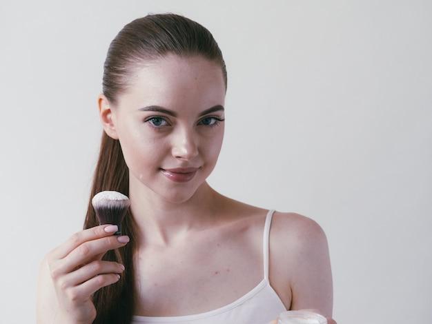 Makijaż w proszku kobieta twarz csmetyczne piękno