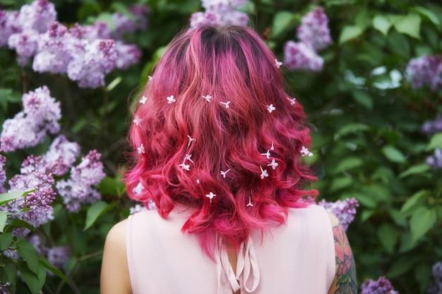 Makijaż włosów farbowania w jasne czerwone, różowe włosy dziewczyny