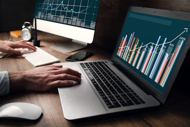 Makler giełdowy człowieka w biurze z rynkiem finansowym
