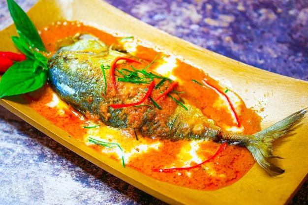 Makrela chuchi, smażona ryba curry, stylowe tajskie jedzenie