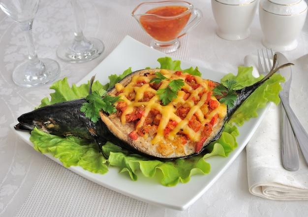 Makrela faszerowana warzywami i serem z sałatą