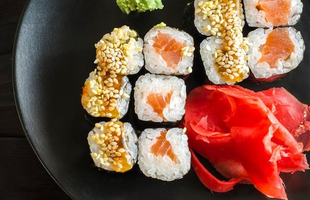 Makrela sushi z łososiem i węgorzem na półmisku