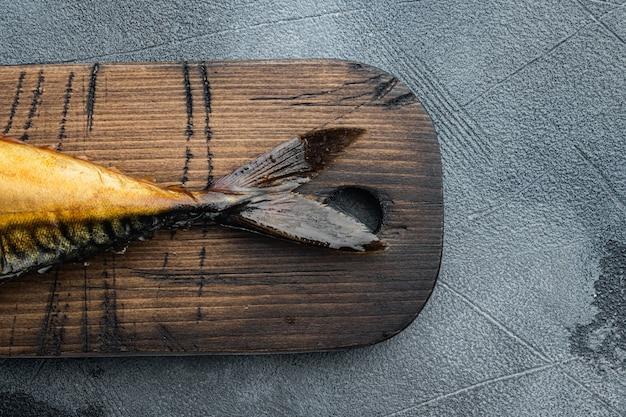Makrela w całości wędzona, na szarym stole, widok z góry na płasko