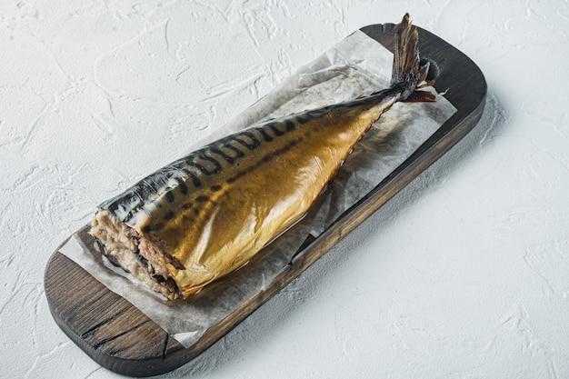 Makrela w całości wędzona ryba na białym stole
