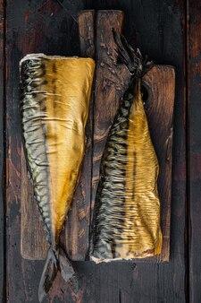 Makrela wędzona, na starym stole z ciemnego drewna, widok z góry na płasko