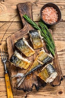 Makrela z grilla na desce do krojenia