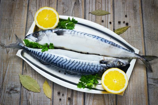 Makrele świeże podawane na srebrnym talerzu z cytryną