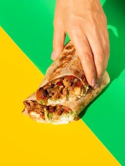 Makro asortyment z burrito i kolorowe tło