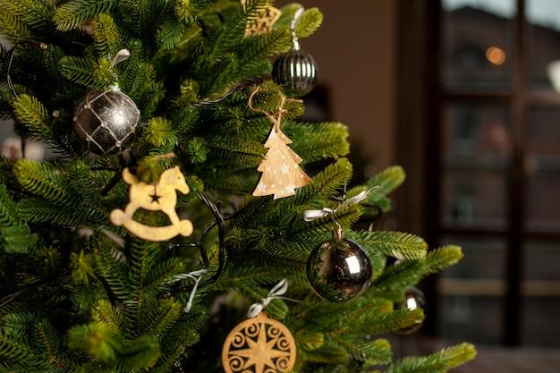 Makro choinki ozdobione złote kule i niebieskie łuki. koncepcja świąt bożego narodzenia