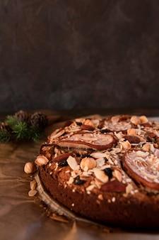 Makro ciasto ozdobione orzechami