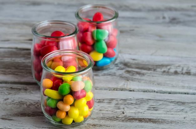 Makro cukierków w szklanych słoikach