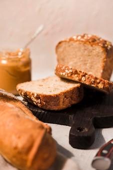 Makro domowy chleb z masłem orzechowym