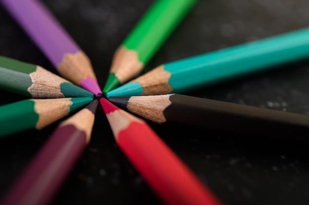Makro, drewniane kredki ułożone w koło kolorów.