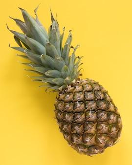 Makro egzotyczny ananas na stole