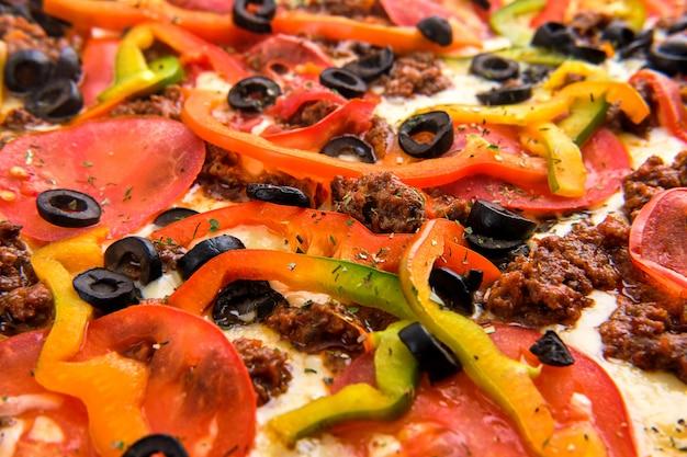 Makro- fotografia pieczarka z oliwkami i serem na pizzy