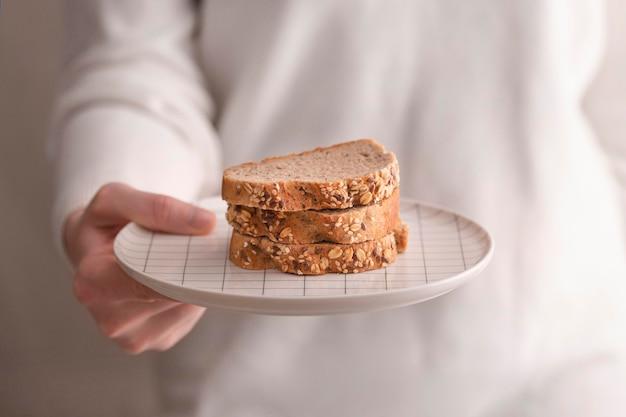 Makro kromki chleba na talerzu