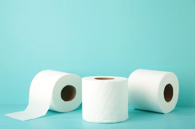 Makro papier toaletowy na niebiesko na białym tle