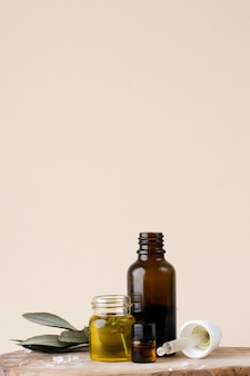Makro plastikowa butelka z olejem i rozmarynem