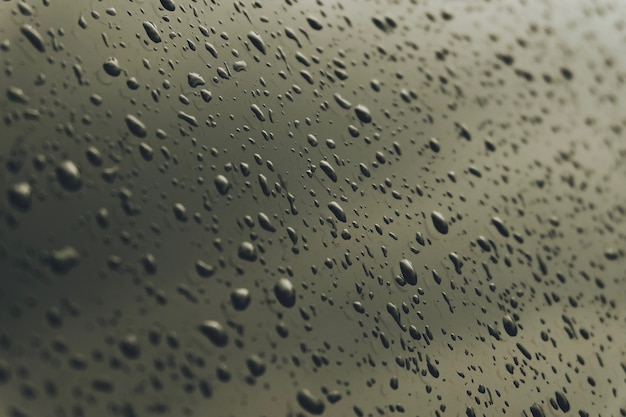 Makro przezroczysta kropla rosy na lustro. makro wody deszczowej. nastrojowy ton.