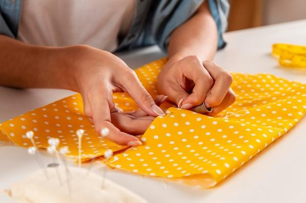 Makro ręce do szycia tkaniny