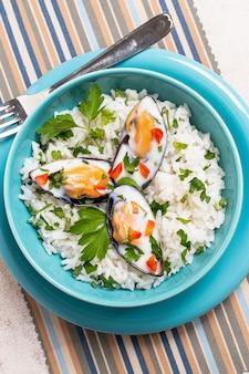 Makro smaczny ryż z małżami
