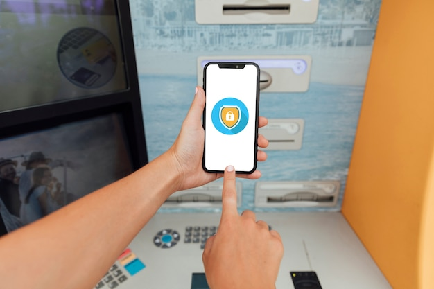 Makro smartfona obok bankomatu