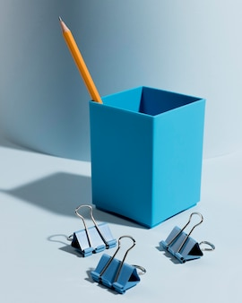 Makro spinacze i ołówek na biurku