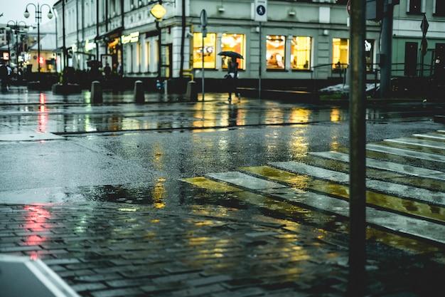 Makro strzał mokrej ulicy ulicy brukowiec podłogi podczas deszczu w europie