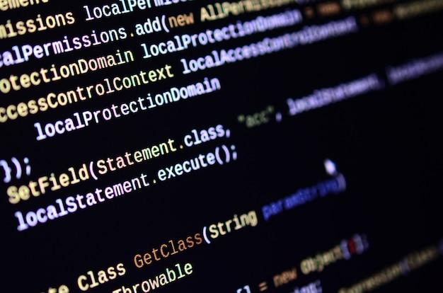 Makro strzał z linii poleceń na monitorze komputera biurowego.