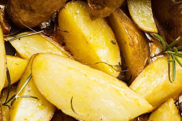 Makro strzał z pieczonego ziemniaka w stylu rustykalnym z rozmarynem