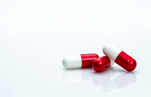 Makro strzału szczegółowo czerwone, białe antybiotyki kapsułki pigułki